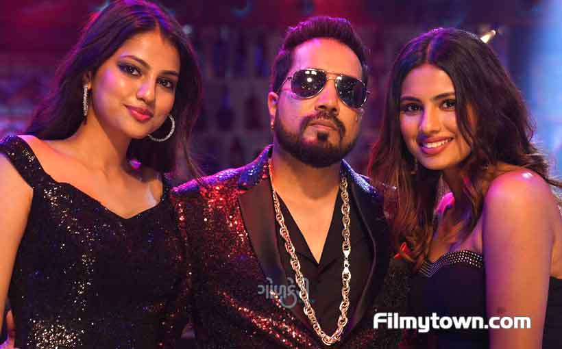 Aashna Hegde and Khushi Hegde with Mika Singh